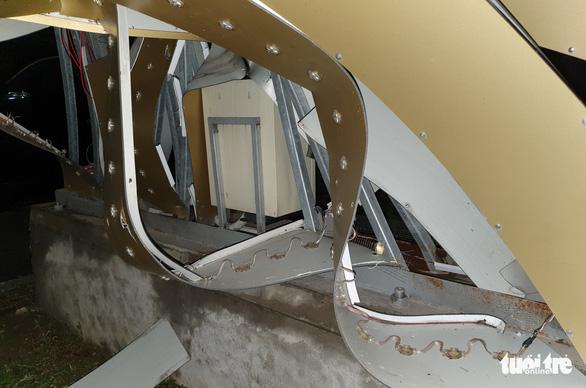 Nhiều cột đèn trang trí ở Vinh đổ sau mưa: nhìn thép chân cột thấy hoảng - Ảnh 2.