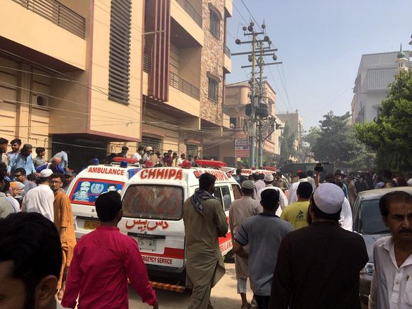 Máy bay chở 107 người rơi xuống khu dân cư ở Pakistan - Ảnh 1.