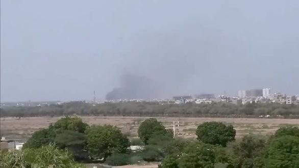 Máy bay chở 107 người rơi xuống khu dân cư ở Pakistan - Ảnh 4.