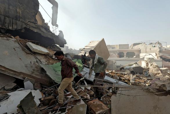 Máy bay chở 107 người rơi xuống khu dân cư ở Pakistan - Ảnh 2.