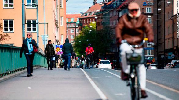 Thụy Điển không đạt miễn dịch cộng đồng dù thả cho virus lây lan - Ảnh 1.