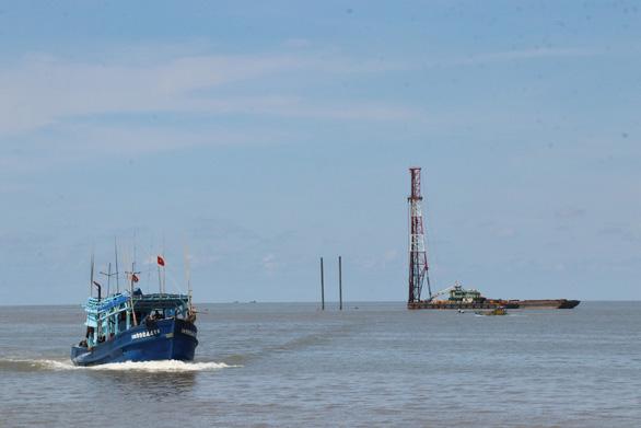 Cà Mau đề nghị dừng thi công các trụ tuôcbin điện gió Tân Thuận - Ảnh 1.