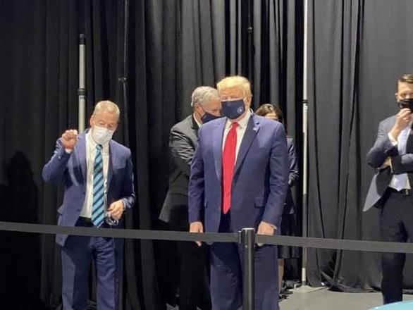 Ông Trump cuối cùng đã chịu đeo khẩu trang - Ảnh 1.