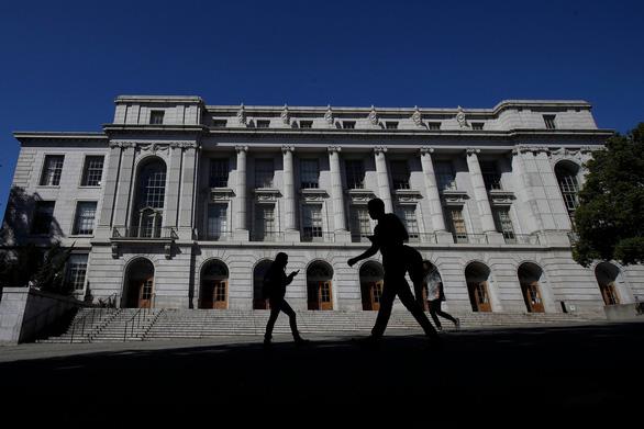 Đại học tại Mỹ California sẽ bỏ dùng điểm thi SAT và ACT để tuyển sinh - Ảnh 1.