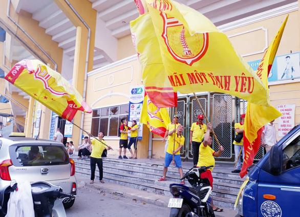Cổ động viên thành Nam xuống đường cổ vũ trận Nam Định - Hoàng Anh Gia Lai - Ảnh 5.