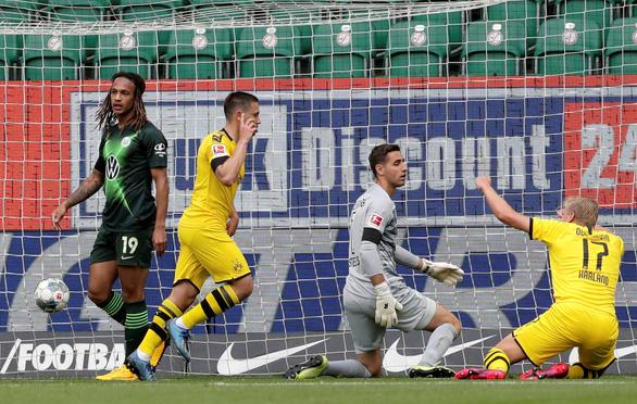 Đá bại Wolfsburg, Dortmund tăng sức ép lên đội đầu bảng Bayern Munich - Ảnh 1.