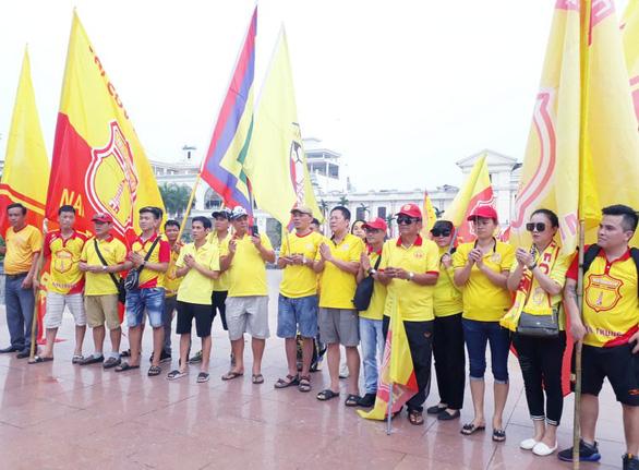 Cổ động viên thành Nam xuống đường cổ vũ trận Nam Định - Hoàng Anh Gia Lai - Ảnh 6.