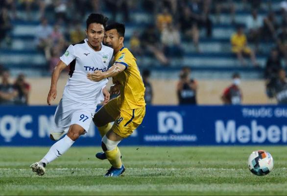Nam Định đánh bại HAGL trong ngày bóng đá Việt Nam trở lại - Ảnh 1.