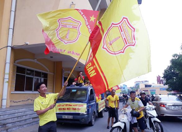 Cổ động viên thành Nam xuống đường cổ vũ trận Nam Định - Hoàng Anh Gia Lai - Ảnh 1.