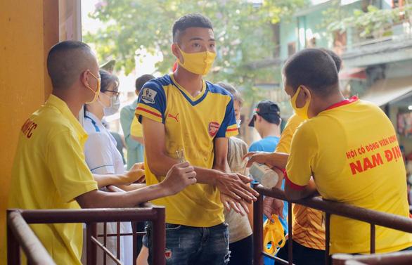 Sân Thiên Trường náo nức chờ giờ bóng lăn - Ảnh 1.