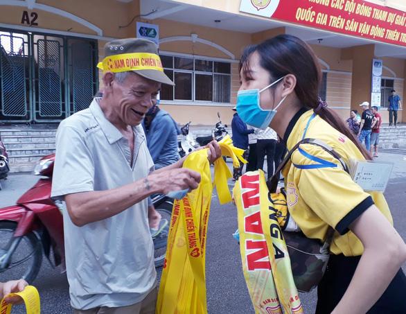 Cổ động viên thành Nam xuống đường cổ vũ trận Nam Định - Hoàng Anh Gia Lai - Ảnh 4.