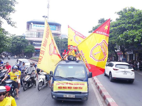 Cổ động viên thành Nam xuống đường cổ vũ trận Nam Định - Hoàng Anh Gia Lai - Ảnh 3.