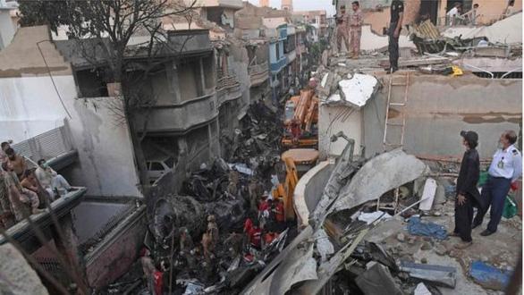 Hành khách sống sót sau thảm họa máy bay Pakistan: Xung quanh tôi toàn là lửa - Ảnh 1.