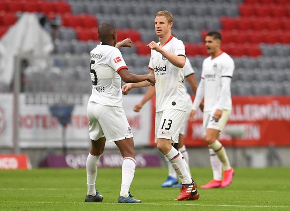 Khuất phục Frankfurt, Bayern Munich tái lập khoảng cách 4 điểm với Dortmund - Ảnh 3.