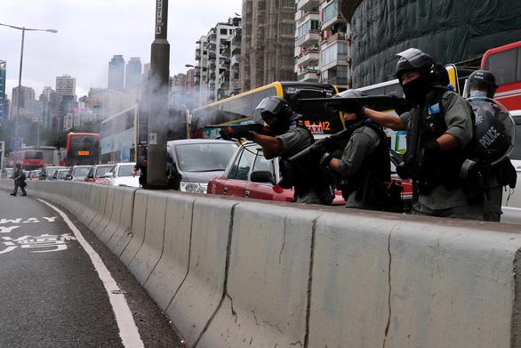 Hàng ngàn người Hong Kong xuống đường phản đối dự luật an ninh - Ảnh 1.