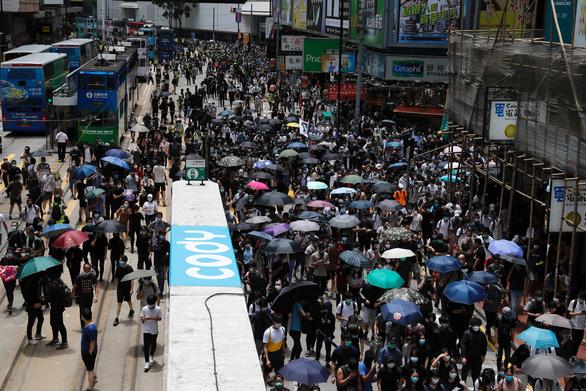 Hàng ngàn người Hong Kong xuống đường phản đối dự luật an ninh - Ảnh 2.
