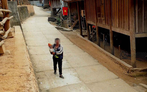 Bản Đỉnh Sơn 1, nơi có hàng chục phụ nữ qua biên giới bán con còn trong bụng mẹ - Ảnh: QUỐC NAM