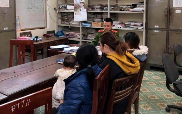 Những phụ nữ đi bán con ở Trung Quốc được Công an huyện Kỳ Sơn lấy lời khai - Ảnh: NGHI XUÂN
