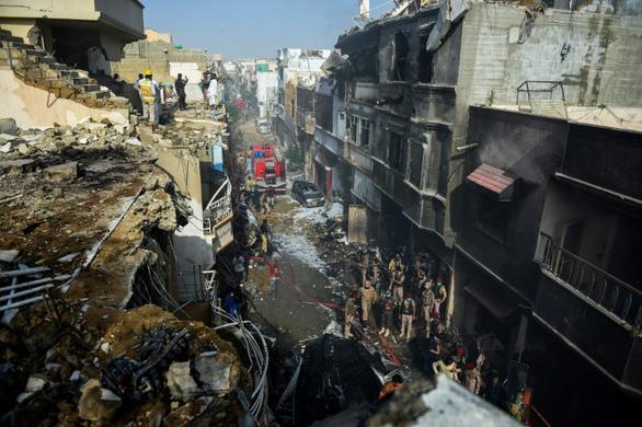 Pakistan tìm được hộp đen của máy bay rơi tại Karachi - Ảnh 1.