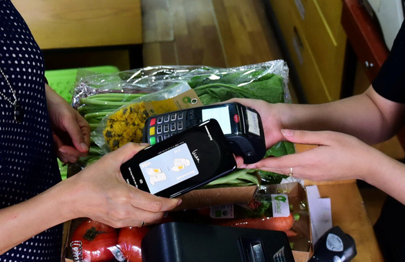 Người Việt Nam ngày càng mang theo ít tiền mặt hơn - Ảnh 1.