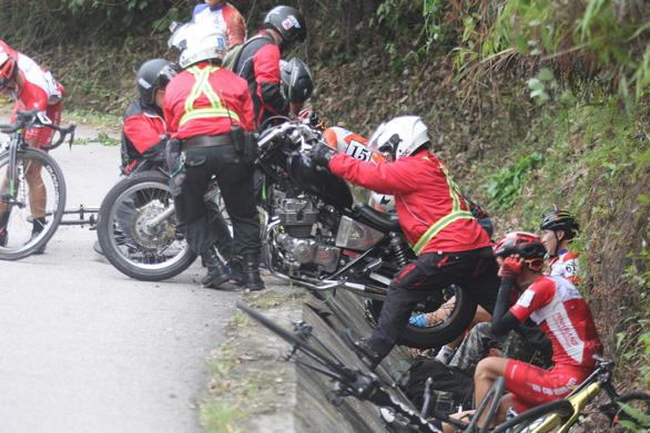 Nhiều tay đua té ngã trên đèo Le - Ảnh 1.