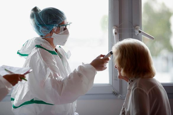 Pháp hứa tăng khoản lương đáng kể cho nhân viên y tế - Ảnh 1.