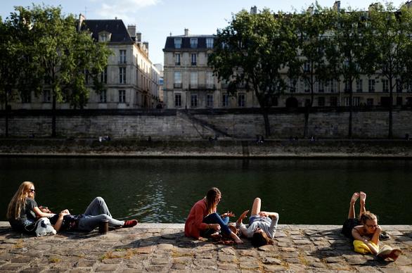 Pháp qua đỉnh dịch nhưng vẫn duy trì giãn cách xã hội - Ảnh 1.