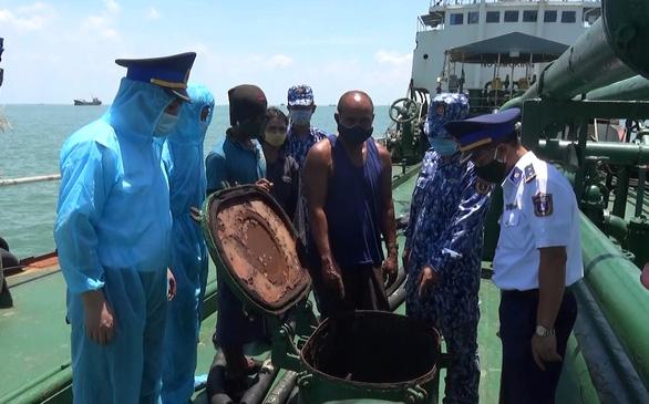 Cảnh sát biển bắt tàu ma chở nhiều dầu lậu vào biển Việt Nam - Ảnh 2.