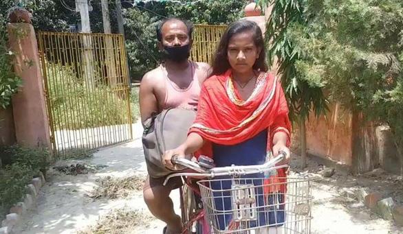 Cô bé 15 tuổi đạp xe chở cha về quê xa 1.200km: Cha đừng lo, có con đây - Ảnh 3.