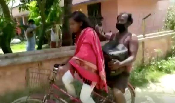 Cô bé 15 tuổi đạp xe chở cha về quê xa 1.200km: Cha đừng lo, có con đây - Ảnh 1.