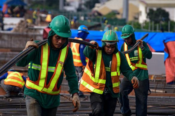 Ngoại kiều Philippines ồ ạt về nước vì thất nghiệp - Ảnh 1.