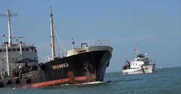 Cảnh sát biển bắt tàu ma chở nhiều dầu lậu vào biển Việt Nam - Ảnh 1.
