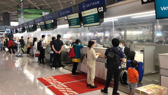 Vietnam Airlines đưa 340 công dân Việt về Hà Nội sau khi chở khẩu trang y tế cho Nhật - Ảnh 1.