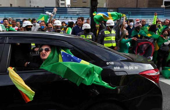 Tổng thống Brazil Bolsonaro đang đùa với tử thần COVID-19? - Ảnh 1.