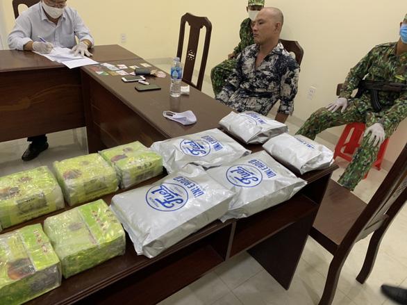 Bắt người mang 3 khẩu súng và gần 21kg ma túy qua biên giới - Ảnh 1.