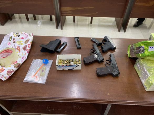 Bắt người mang 3 khẩu súng và gần 21kg ma túy qua biên giới - Ảnh 2.