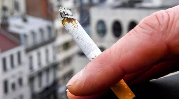 Hút thuốc có thể làm tăng nguy cơ nhiễm COVID-19 - Ảnh 1.