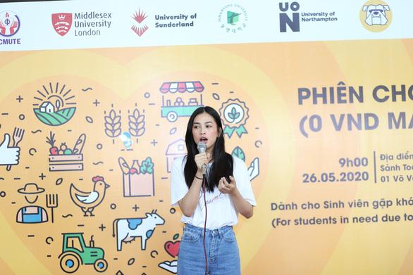 """Hoa hậu Trần Tiểu Vy tham gia """"phiên chợ 0 đồng"""" giúp sinh viên khó khăn - Ảnh 1."""