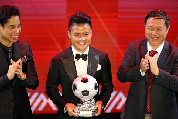 Ông Park an ủi Quang Hải khi chỉ giành Quả bóng Bạc Việt Nam 2019 - Ảnh 1.