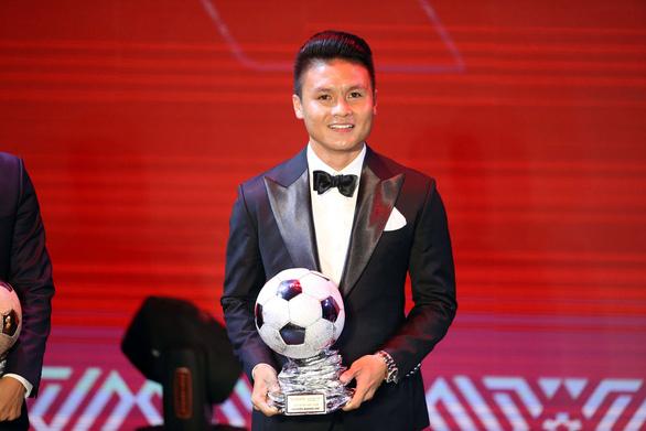 Ông Park an ủi Quang Hải khi chỉ giành Quả bóng Bạc Việt Nam 2019 - Ảnh 2.