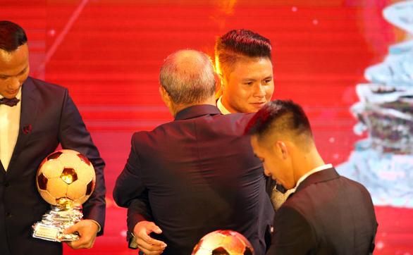 Ông Park an ủi Quang Hải khi chỉ giành Quả bóng Bạc Việt Nam 2019 - Ảnh 5.