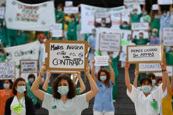 Y bác sĩ Tây Ban Nha biểu tình: Chúng tôi chiến đấu mà không có vũ khí - Ảnh 1.