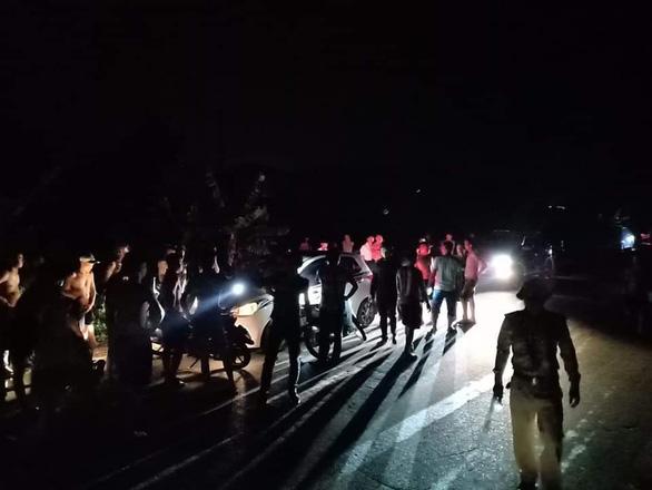 Say xỉn, tài xế lái xe tông thẳng và hất chiến sĩ công an lên nắp capô chạy 3km - Ảnh 1.