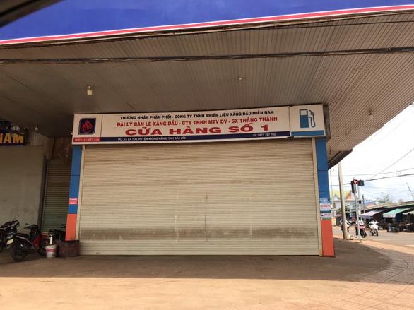 Xăng dầu ngừng bán vì... mất điện, mắc đi chợ, đi đám giỗ - Ảnh 1.