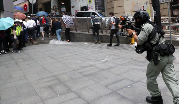 Biểu tình ở trung tâm Hong Kong, 180 người bị bắt - Ảnh 2.