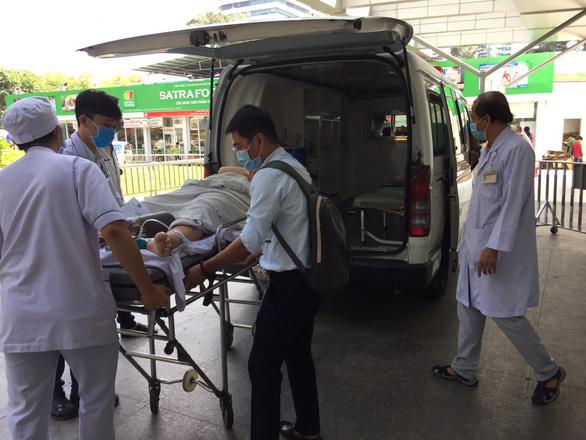 Hai học sinh trong vụ cây bật gốc gãy đổ đang được phẫu thuật - Ảnh 1.