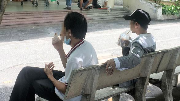 Vẫn vô tư nhả khói trước mặt người khác ở bệnh viện, nơi công cộng - Ảnh 1.