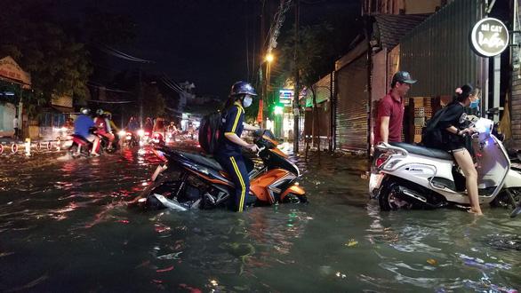 TP.HCM mưa lớn, người dân lội biển nước mênh mông về nhà - Ảnh 5.