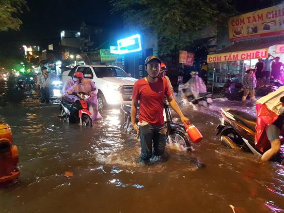 TP.HCM mưa lớn, người dân lội biển nước mênh mông về nhà - Ảnh 6.