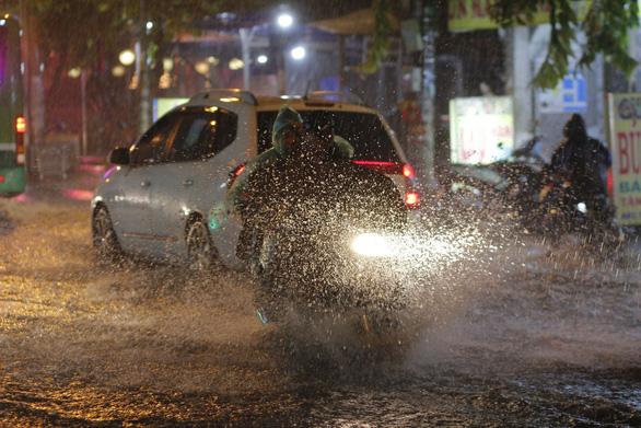 TP.HCM mưa lớn, người dân lội biển nước mênh mông về nhà - Ảnh 2.